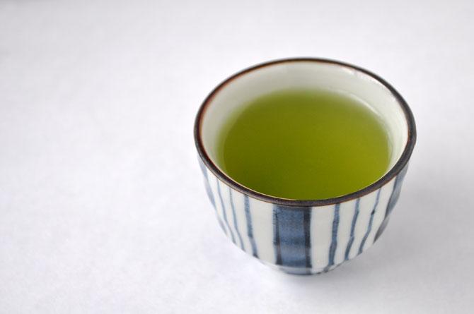湯呑に抹茶入り玄米茶